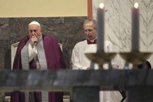 """""""Помітили кашель та нежить"""". Папа Римський скасував візит до священників через нездужання"""