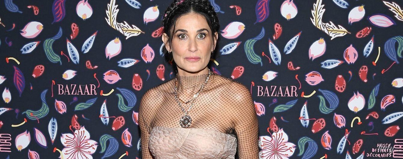 У кутюрній сукні з сіткою на грудях: ефектна Демі Мур на виставці в паризькому музеї