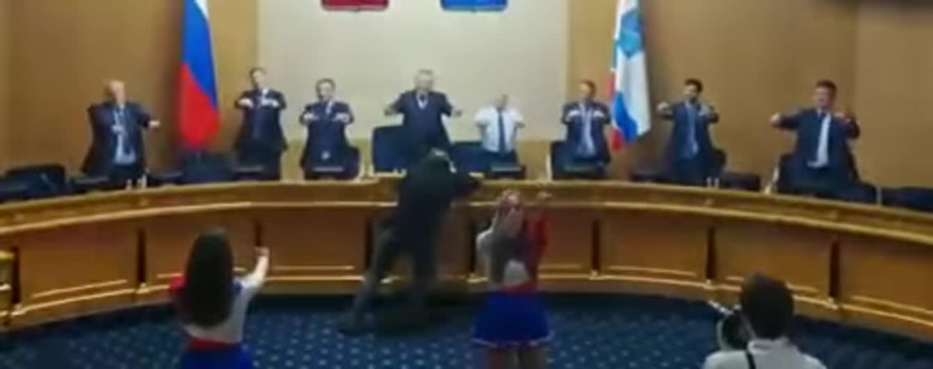 Розім'ялися з чирлідерками: в РФ депутатам на перерві влаштували зарядку