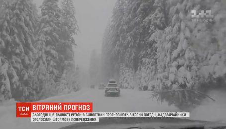 Из-за сильного ветра чрезвычайники в большинстве регионов Украины объявили штормовое предупреждение