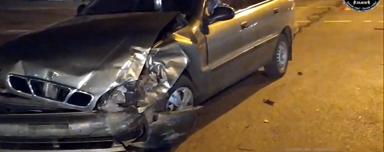 Во Львове водитель с пьяной компанией устроил аварию и вызвал маму на помощь. Видео