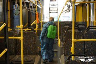 Київські транспортники показали, як прибирають тролейбуси, трамваї та автобуси