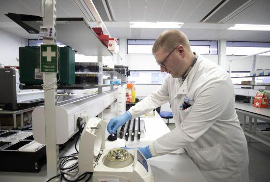 Коронавірус шириться світом: перший випадок зафіксовано в Уельсі, а в Англії зросла кількість хворих