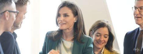 В элегантном изумрудном костюме: королева Летиция на церемонии в Испании