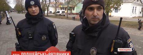 У Рівненській області патрульні повернули до життя чоловіка, який знепритомнів посеред вулиці