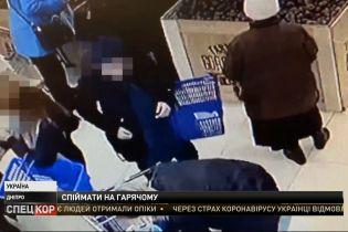 На гарячому спіймали дніпровських злодіїв, які нишпорили по кишенях покупців у супермаркетах