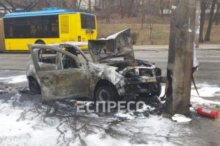 На Подолі у Києві автомобіль влетів у стовп і загорівся: постраждала водійка