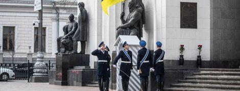 Возле Верховной Рады будет проходить церемония смены почетного караула. Когда можно ее увидеть