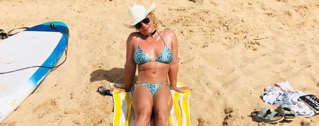 В блакитному бікіні і ковбойському капелюсі: Брітні Спірс на пляжі