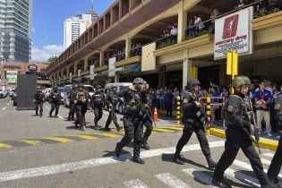 На Филиппинах экс-охранник захватил в заложники работников торгового центра