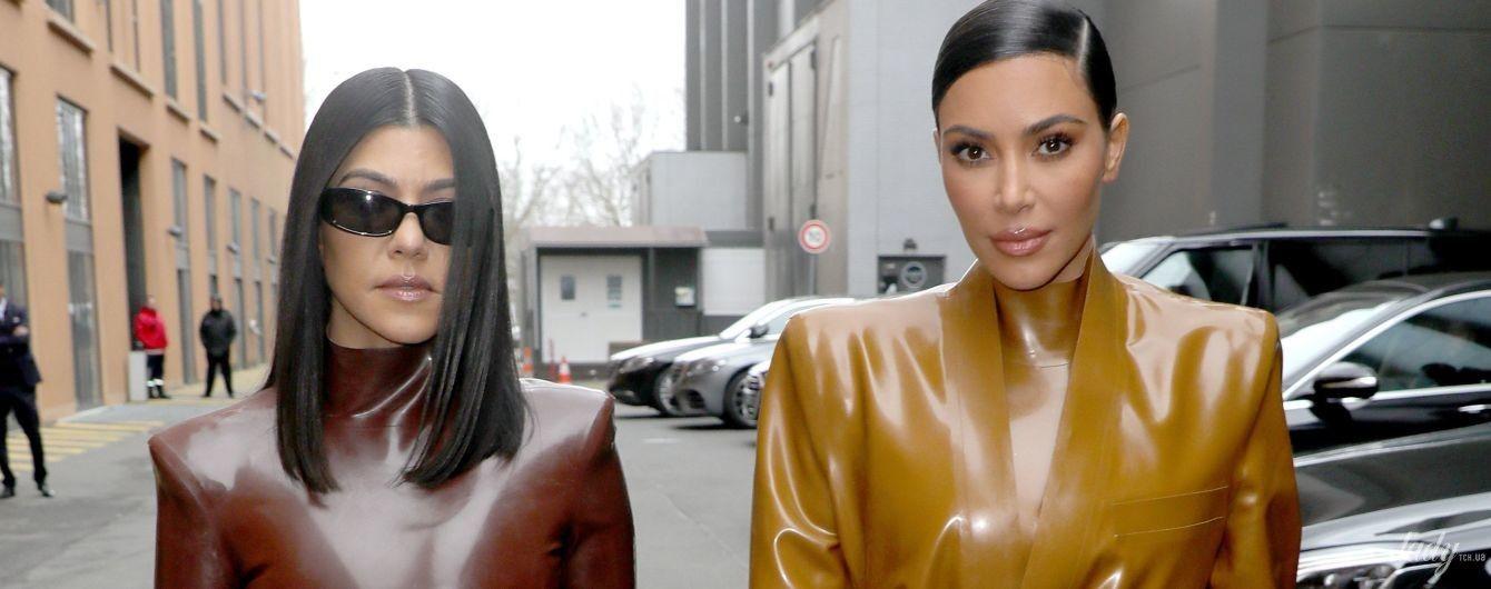 Обидві в латексі: ефектні Кім і Кортні Кардашян на модному шоу в Парижі