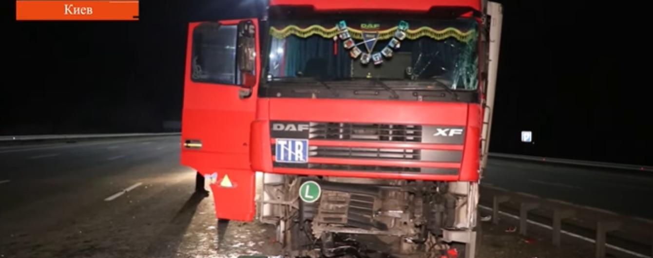 П'яного водія фури у Києві зупинив лише стовп. Відео
