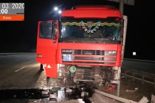 Пьяного водителя фуры в Киеве остановил только столб. Видео