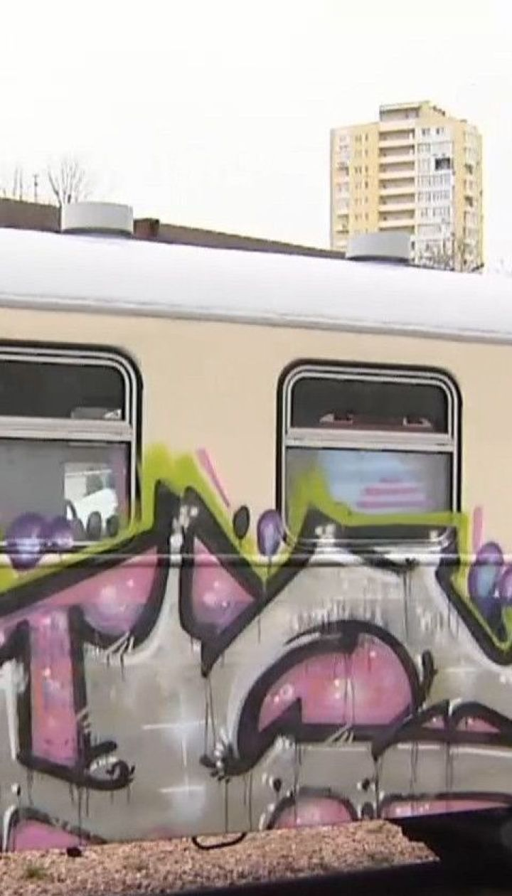 В столице неизвестные ночью обрисовали один из вагонов детской железной дороги