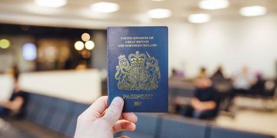У Великій Британії почали видавати оновлені сині паспорти