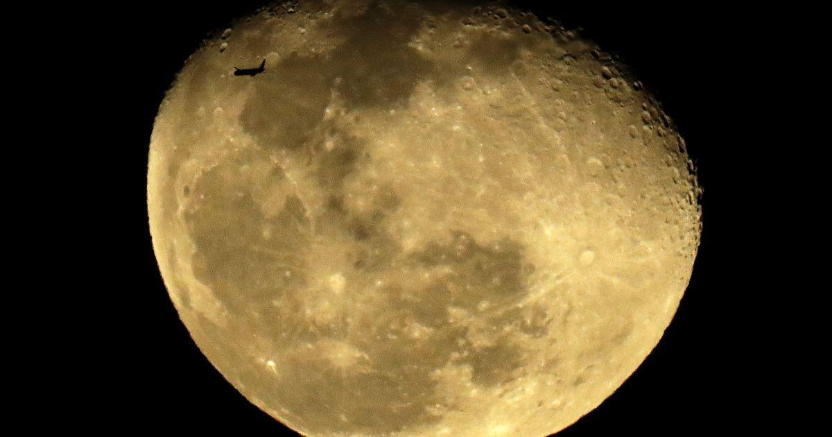 Китайский космический зонд с образцами Луны вернулся на Землю
