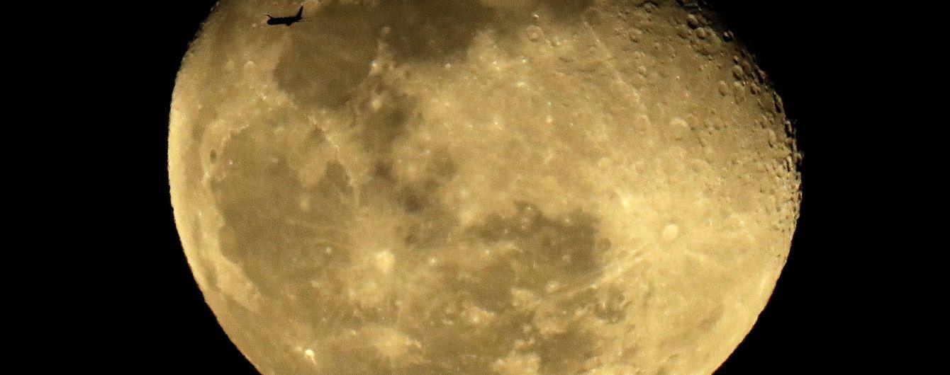 Китайський місяцехід проїхав 400 метрів супутником Землі і передав світлини, що вражають