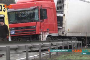 Отбойник на таран — грузовик уничтожил десятки метров ограждения
