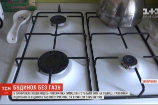 У Запоріжжі мешканці будинку змушені готувати їжу на вулиці: контролери відімкнули газопостачання