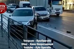 В Киеве на Телиги произошла масштабная авария. Движение по улице затруднено
