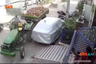 Адский трактор: индийский тракторист из-за невнимательности развалил улицу