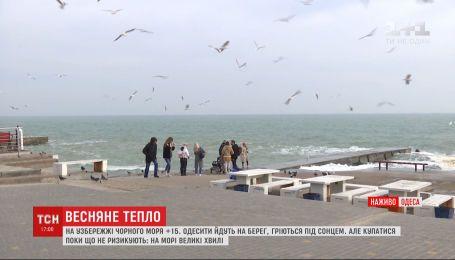 Одесити масово гріються під сонцем на узбережжі Чорного моря