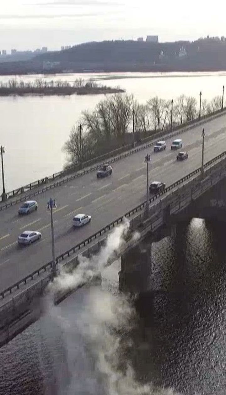 Со столичного моста Патона в Днепр льется кипяток