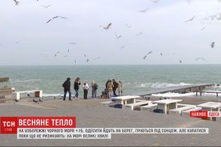 Одесситы массово греются под солнцем на побережье Черного моря