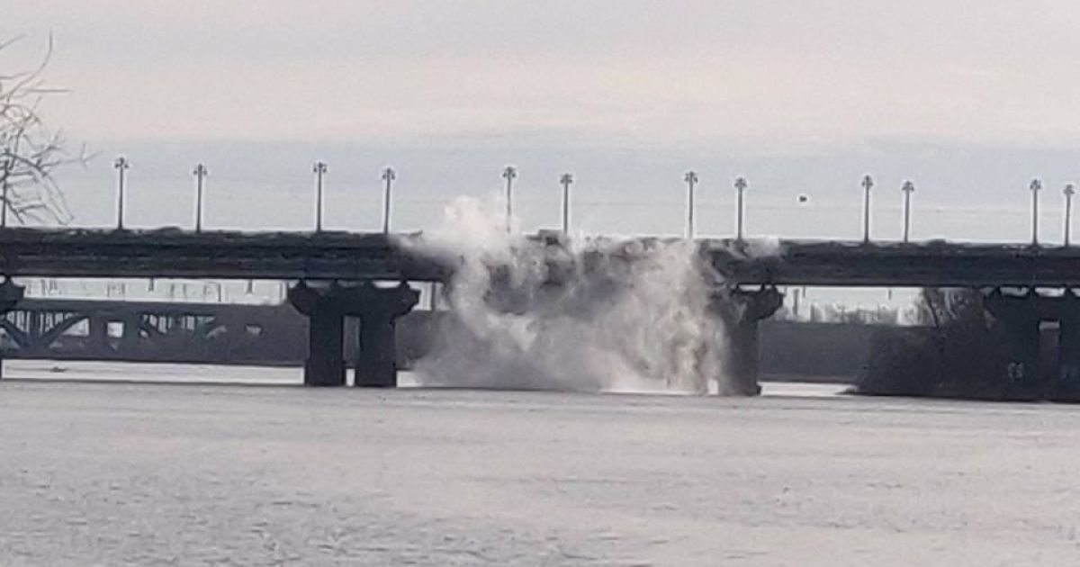 Днепр в столице залило кипятком, сотни домов остались без воды и отопления. Последствия прорыва трубы на мосту Патона