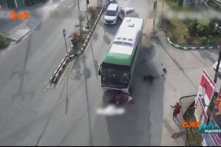 В Индонезии у автобуса отказали тормоза