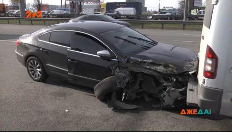 Небезпечний маневр легкового автомобіля призвів до масштабної аварії