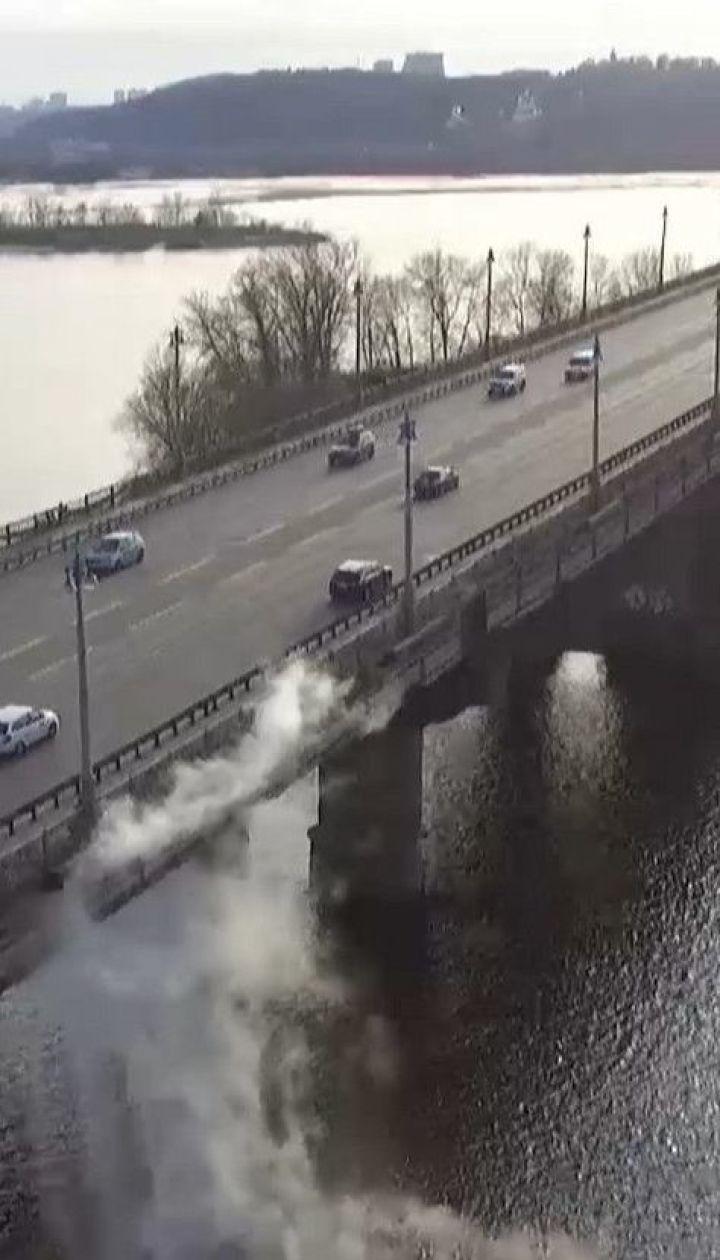 Масштабная коммунальная авария произошла на столичном мосту Патона