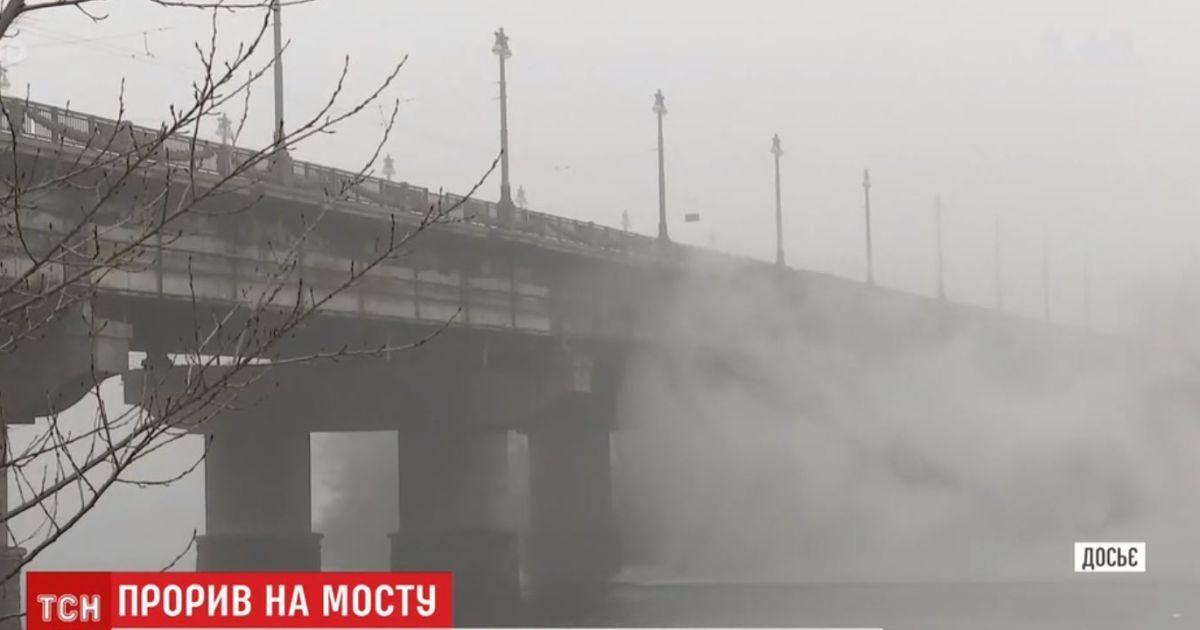 """""""Водопад"""" на мосту Патона лил всю ночь, а дома до сих пор стоят без воды"""