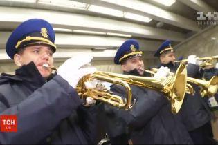 """На станции метро """"Театральная"""" оркестр Национальной гвардии устроил концерт"""