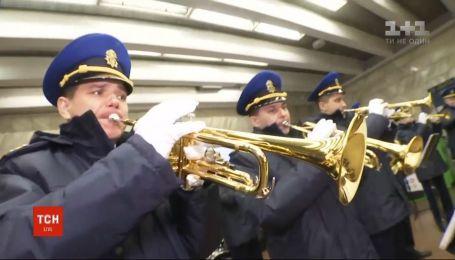 """На станції метро """"Театральна"""" оркестр Національної гвардії влаштував концерт"""