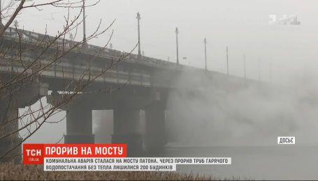 Ліквідація гейзера: у Києві ремонтують трубу на мосту Патона