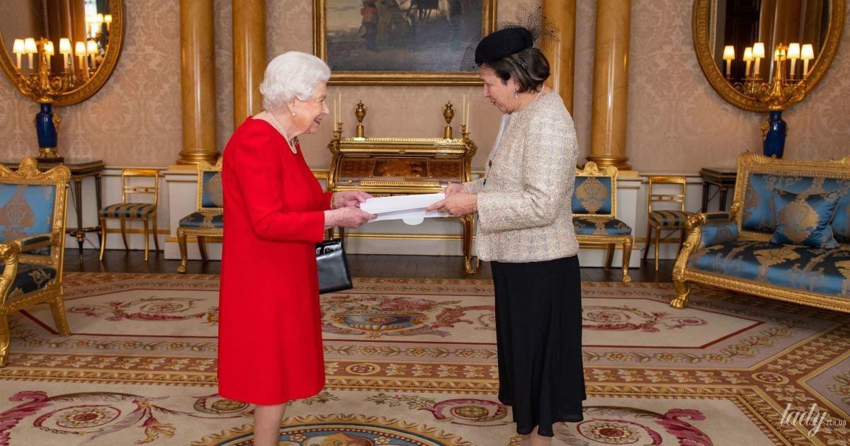 Какая эффектная: королева Елизавета II в красном платье дала аудиенцию во дворце