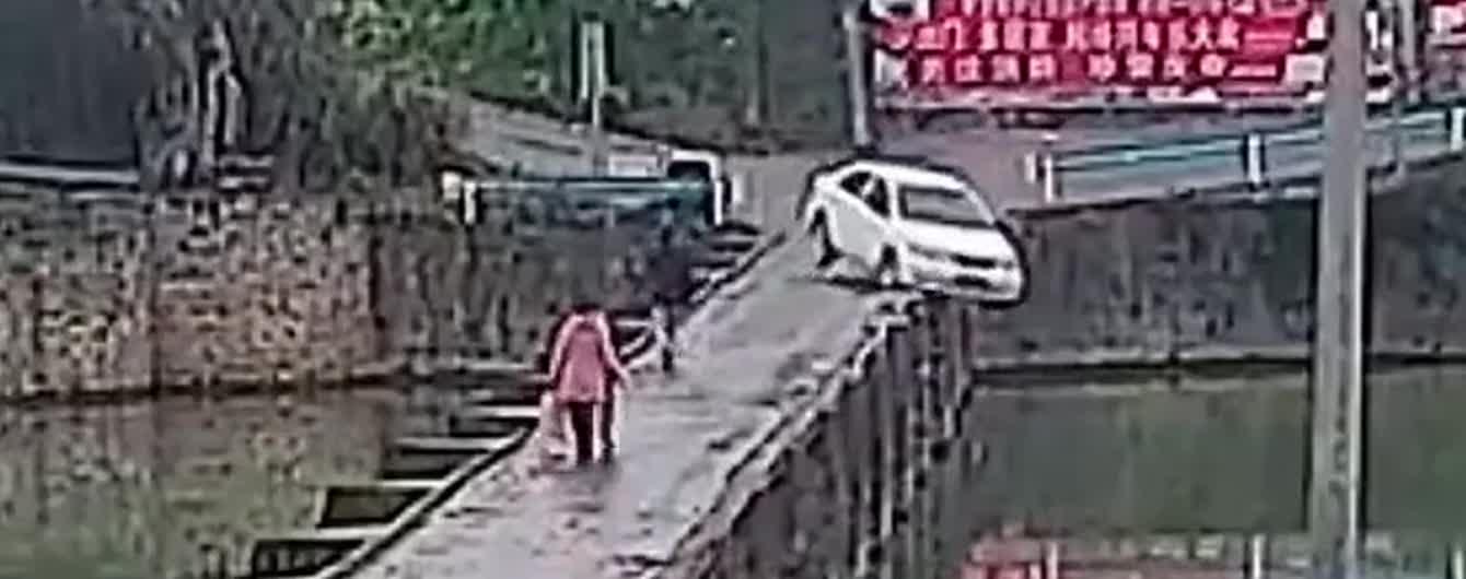 Китаец на машине упал с моста сразу после получения прав. Видео