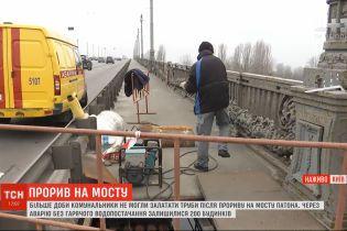 Прорив труби на столичному мосту Патона: комунальники закінчили ремонт теплотраси