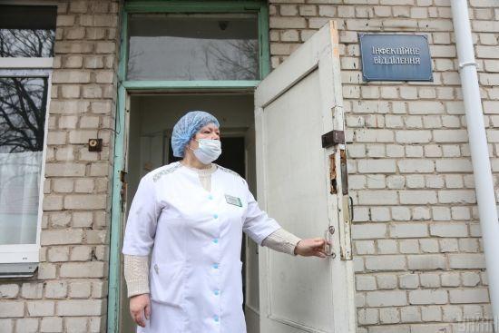 """""""Видали чотири одноразові маски і пару рукавиць"""": у лікарні Вінницької області на коронавірус масово захворіли медики"""