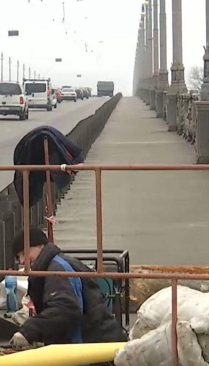 Дома, которые из-за прорыва трубы на мосту Патона оставались без горячей воды, частично получили ее