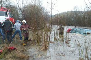У Львівській області чоловік втопив авто у річці, коли намагався її переїхати