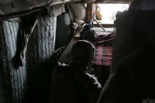 Під час ворожих обстрілів на Донбасі український військовий отримав кульове поранення