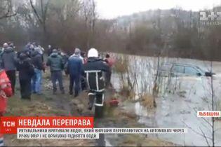 У Львівській області течія знесла автомобіль під час переїзду річки