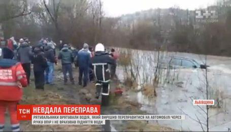Во Львовской области течение снесло автомобиль во время переезда реки