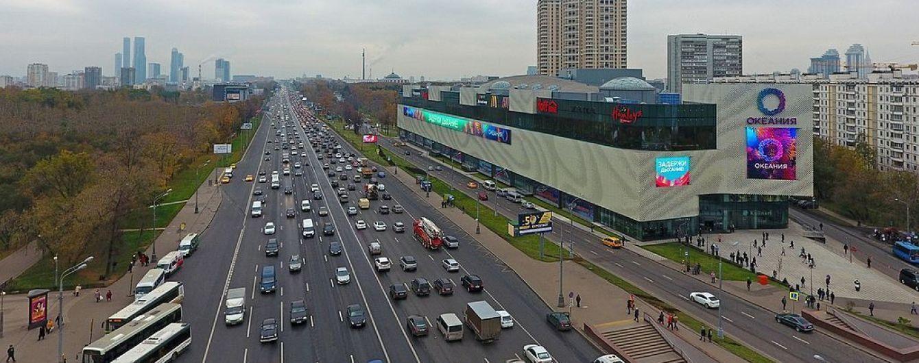 В Москве водитель автовоза развернулся через десять полос. Видео
