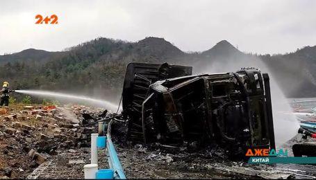 В китайской провинции в ДТП попал грузовик и начал стрелять фейерверками