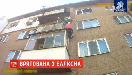 Херсонские патрульные спасли 76-летнюю женщину, которая застряла на соседском балконе