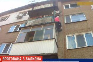 В Херсоне пенсионерка повисла на краю балкона 4-го этажа чужой квартиры