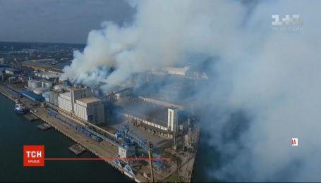 В польском городе Гдыня горел склад с зерном и соей